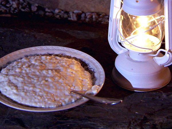 Enkel risgrynspudding med citron gjord på färdig risgrynsgröt. Servera men en julig bärkompott på aprikos, fikon och katrinplommon.
