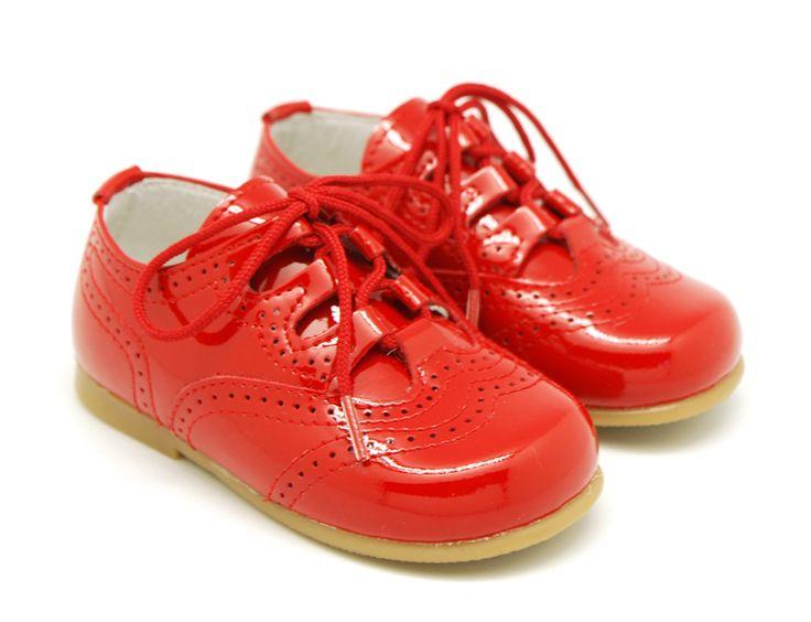 Tienda online de calzado infantil Okaaspain. Calidad al mejor precio fabricado en España. Zapato inglesito de charol con lengüeta y cordones.