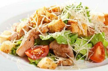 Как готовить салат Цезарь с курицей или креветками в домашних условиях - пошаговые рецепты  с фото