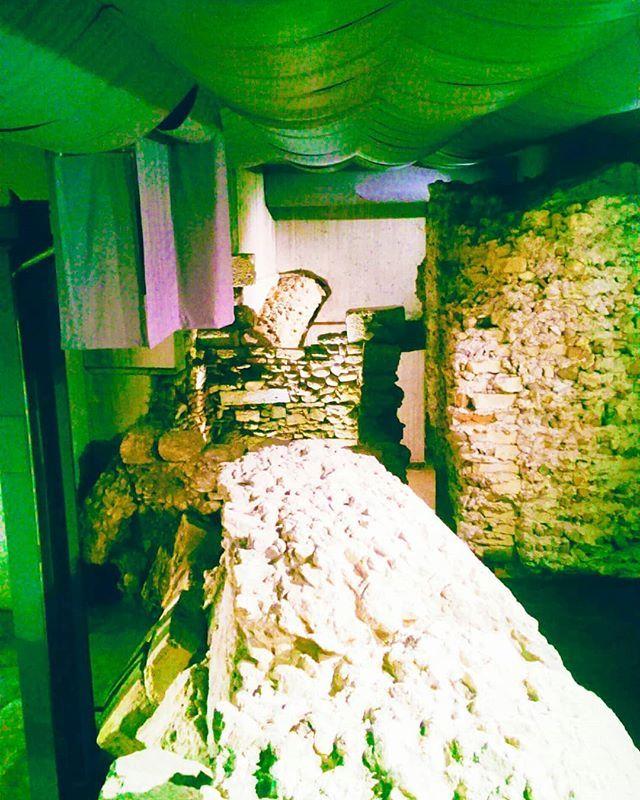IT. Questa è Verona ovvero oltre alla città dove vivo ed ho il Lab  anche la città dove basta fare una piccola buca con una paletta per trovare dei reperti romani. Sotto alla Verona che tutti possiamo vedere ogni giorno si cela una antica città fatta di strade templi e mercati fatta di storia da raccontare agli occhi attenti e curiosi.Qui siamo in una piccola sezione del criptoportico capitolino sotto a corte Sgarzerie luogo dove erano i laboratori dei garzatori / Verona Febbraio 2018  _ EN…
