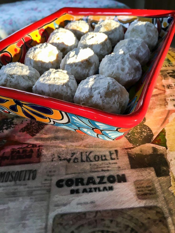 Polvorones som på dansk hedder mexicanske bryllupskager er en småkage som minder lidt om smagen af vaniljekranse. Denne opskrift rækker til ca. 30 småkager.