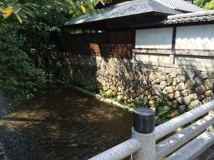 お寺の横を流れる高瀬川(三条より北)。