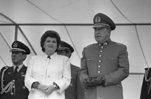 El General Pinochet Ugarte con su Señora esposa Doña Lucia de Pinochet.