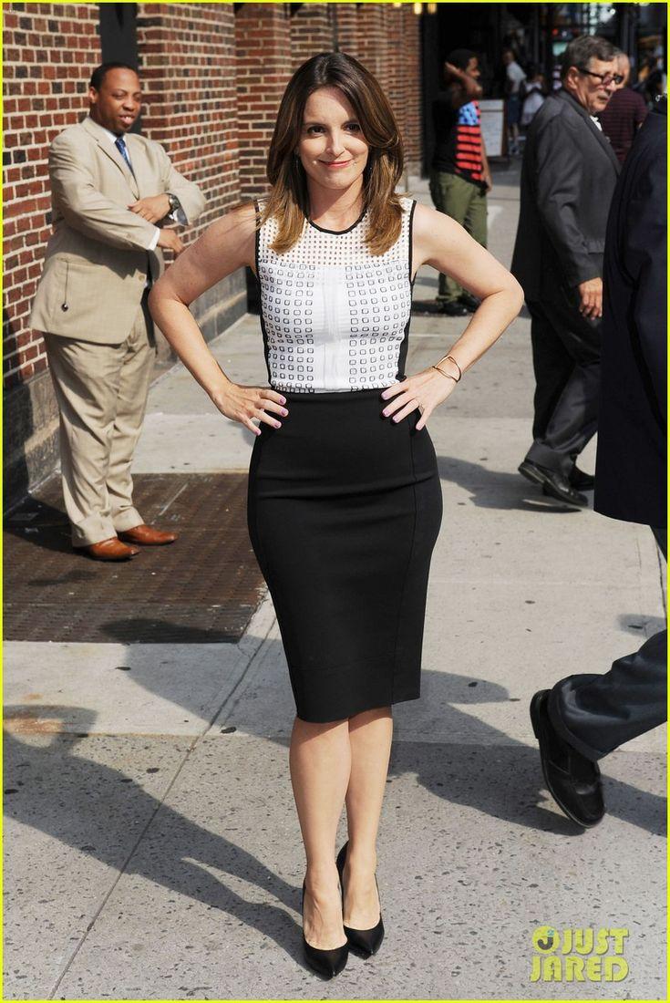 Tina Fey con un vestido de coctel negro, super sencillo