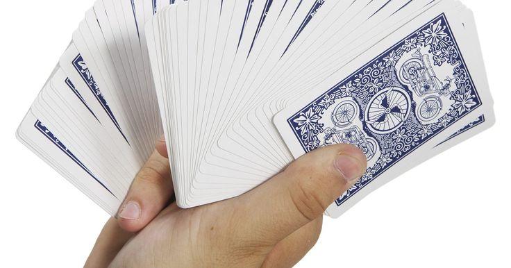 Cómo armar el solitario original. El solitario es un juego de cartas relativamente simple que ha existido durante cientos de años. El juego requiere una intensa concentración en algunos momentos y en otros parece engañosamente fácil. El juego consiste en un solo jugador que apila naipes en forma numérica hasta que todos se han agrupado por barajas. A pesar de las diversas ...