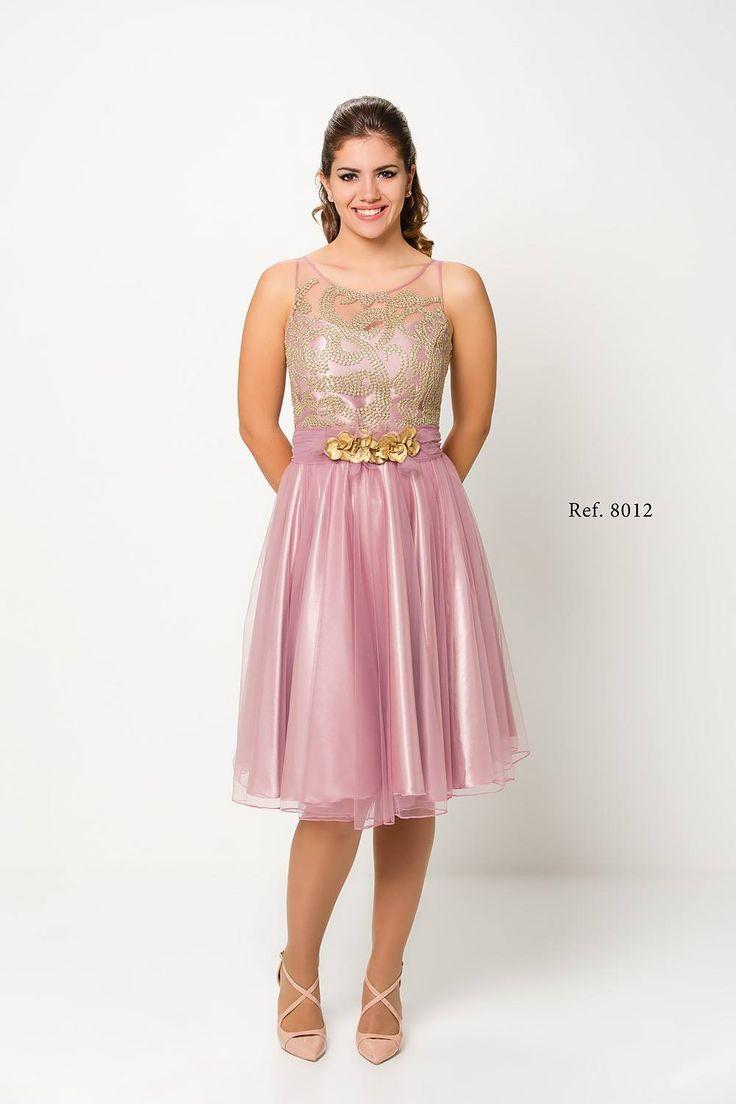 Vestido corto, de tul, guipur y satén, con falda de vuelo.