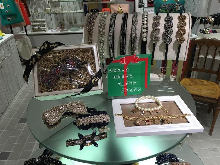 クリスマスプレゼントはお決まりですか? 華やかなヘアアクセサリーやオリジナルで作れるアクセサリーで、いつもと違うプレゼントはいかがでしょうか♪