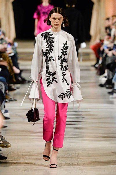 The complete Oscar de la Renta Fall 2018 Ready-to-Wear fashion show now on Vogue Runway.