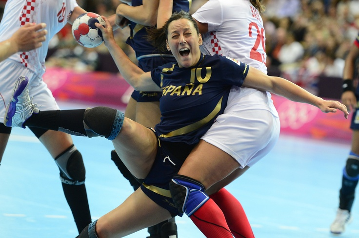 Spain's centreback Macarena Aguilar Diaz (C) vies with Croatian players during the women's quarter-final handball match Spain vs Croatia for the London 2012 Olympics Games on August 7, 2012 at the Copper Box hall in London.