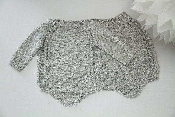 Ce petit body a été la première chose portée par notre fille dès sa naissance ; je voulais créer un vêtement qui maintienne son petit corps humide au chaud et à laise dans un matière belle et douce. Un body qui entoure le bébé est pratique et simple, cest le vêtement parfait pour un nouveau-né. La laine et la soie gardent le bébé bien au chaud, aident à absorber lhumidité du corps et participent à la régulation de la température corporelle. Quest-ce qui pourrait être mieux pour votre bébé…
