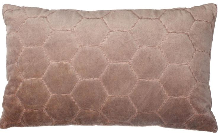 Pillow Leraine bruin - wissel je vierkante kussens af met dit langwerpige model! Uniek dankzij het diamante stiksel - Goossens wonen & slapen