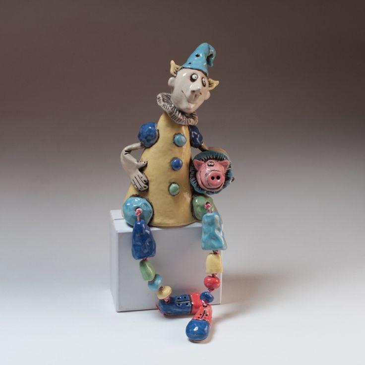 """Керамическая статуэтка -кукла """"Клоун со свинкой"""".Яркий забавный клоун.Хороший подарок и украшение."""