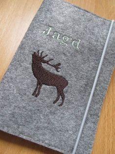 Eine tolle Geschenkidee für jeden Jäger!!  Robuster Einband  aus graumelliertem Filz - passend für den deutschen Jagdschein im Format 11x15cm.  ...