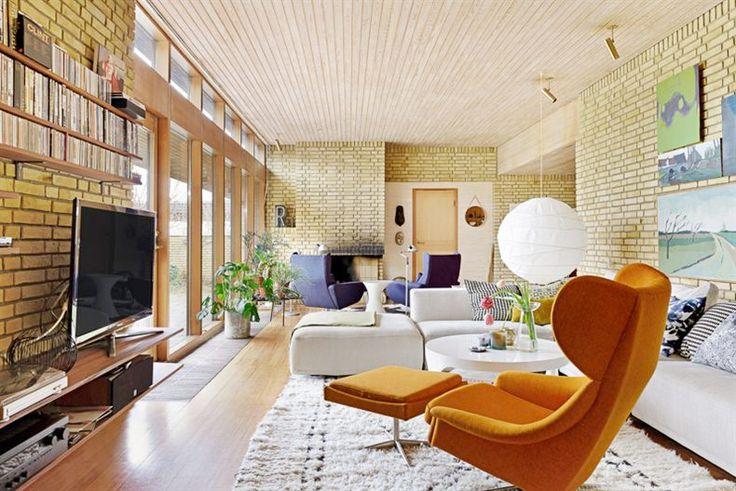60-talsvillan är obeskrivligt elegant med genomgående gula tegelväggar och stavparkett i teak. Detta är definitivt ett boende utöver det vanliga – men du måste älska tegel!