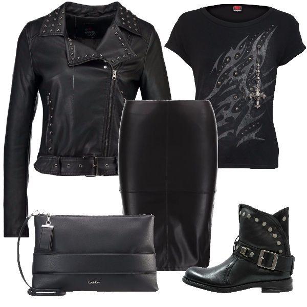 Outfit dai toni grintosi adatto ad un concerto rock o a una serata in discoteca. Tubino nero in finta pelle, con cerniera dietro, da indossare con un chiodo grintoso e decisamente rock. Maglia e scarpe riprendono le borchie del chiodo. Borsa nera per completare l'outfit