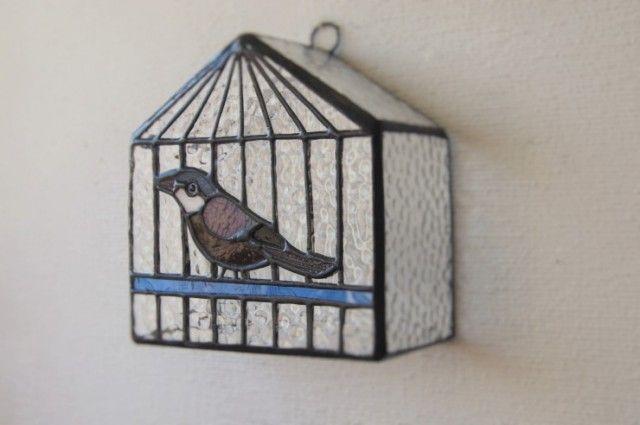 オウチ型の鳥かごに桜ブンチョウがいます。 置いても、壁にかけても飾れます。 ライトを1つお付けします。    タテ12.5cm ヨコ12cm 幅 6cmくらい