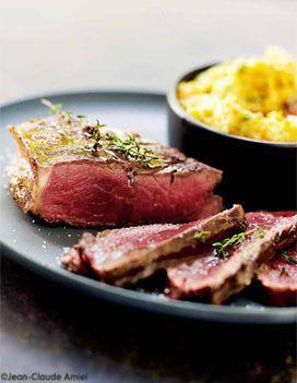 Recette FAUX-FILET MARINÉ ET GRILLÉ : Préparez la marinade : Pressez l'ail et le gingembre pelés dans un plat creux. Ajoutez le vin, le bouquet garni, l...