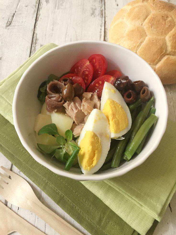 Un classico della cucina francese, la salade nicoise è un vero e proprio piatto unico. Ricca di sapori è una vera e propria opera d'arte.