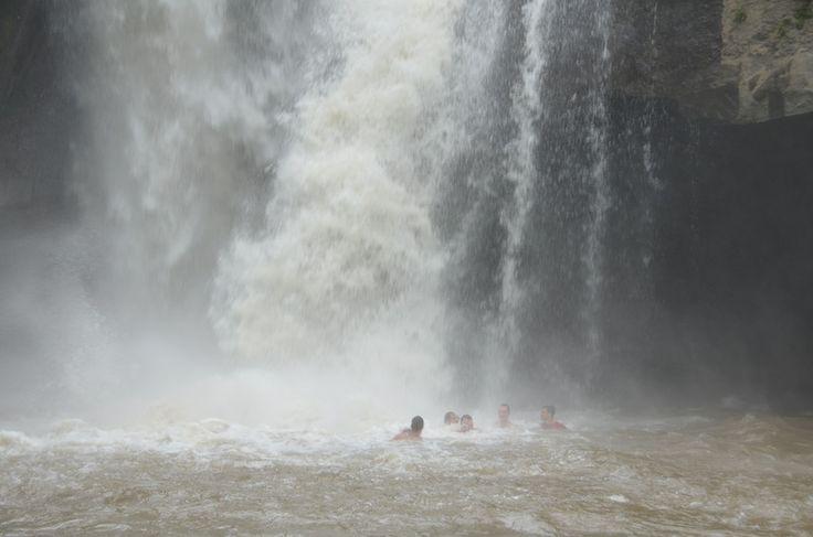А вот купаться в водопаде ой как не комфортно - вода не дает даже дышать, с такой силой бьет