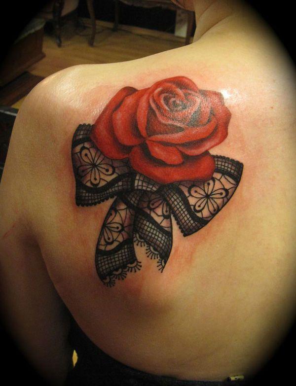 Tatouage nœud brodé avec une rose rouge