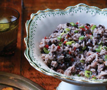 Deux accompagnements incontournables de la tradition cubaine, le riz aux haricots noirs et le plantain frit, font d'un poulet rôti un festin exotique.