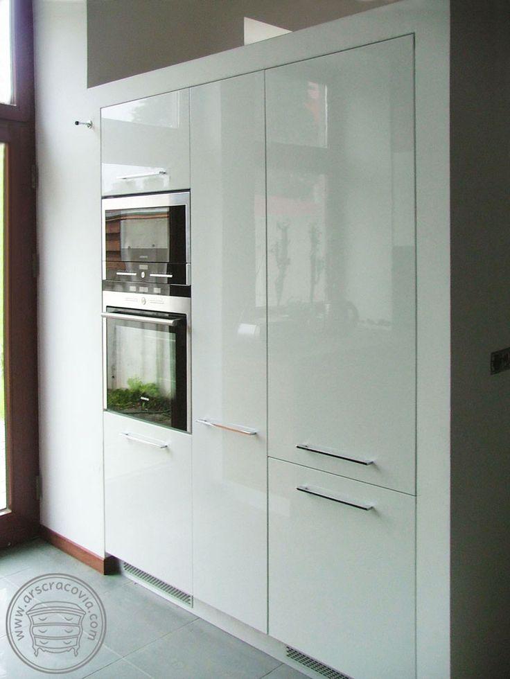 Wysoka wyspa kuchenna z piekarnikiem, mikrofalą, lodówką i cargo w zabudowie.