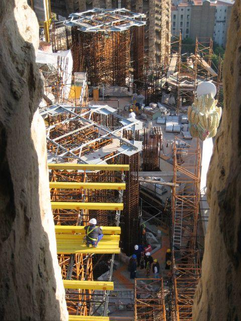 Sinds het leggen van de eerste steen in 1882 wordt tot op de dag van vandaag voortdurend aan de kerk gebouwd[1]. Tijdens de Spaanse Burgeroorlog heeft de bouw een paar jaar stilgelegen. De huidige officiële opleveringsdatum is in 2026