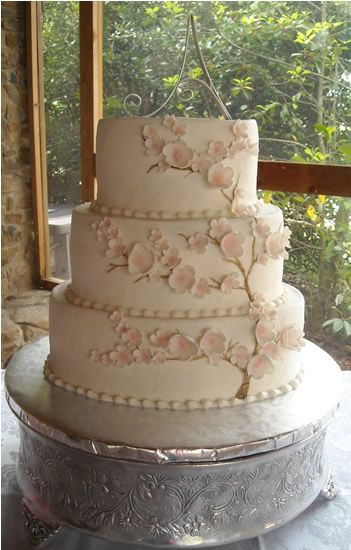 oval white buttercream with fondant dogwood flowers wedding cake www.kittiskakes.com
