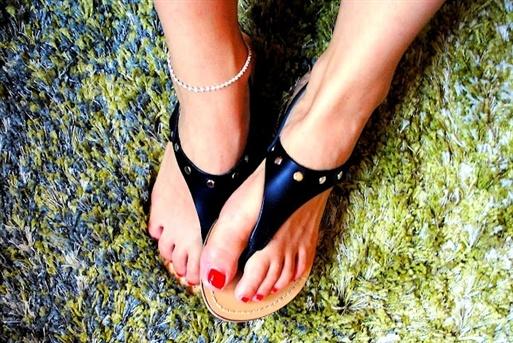 Sandali borchiati.