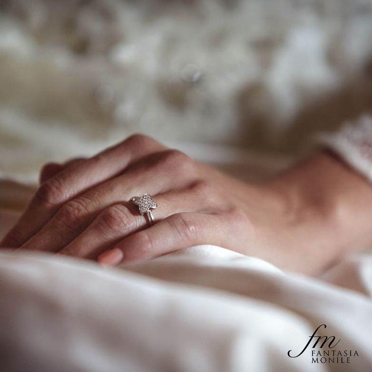 Elena, nel giorno del sì, indossa il suo anello di fidanzamento firmato Recarlo, modello Hula Hoop