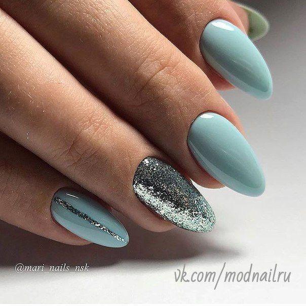 Blaue und silberne Nägel