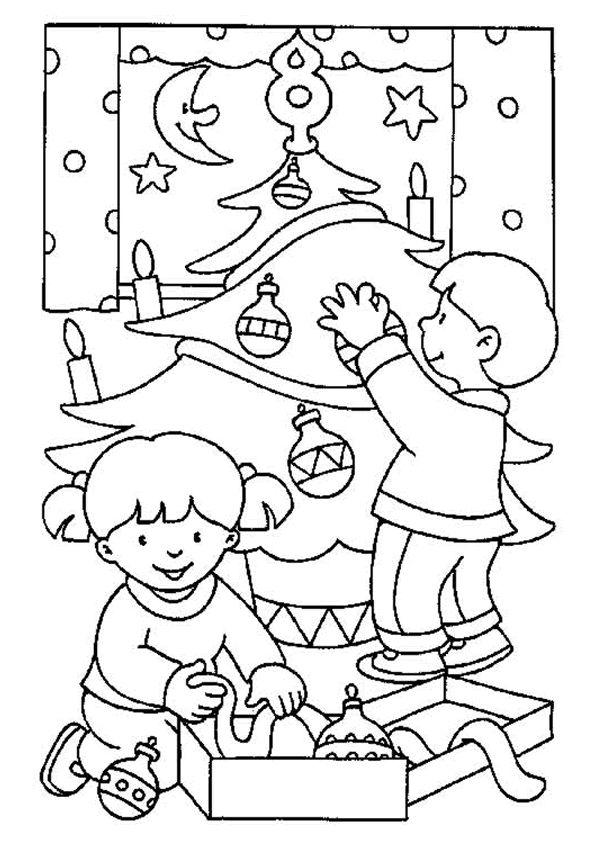 Enfant Decorant Le Sapin De Noel