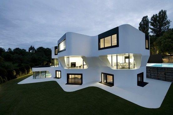 Modern wit huis met zwarte ramen