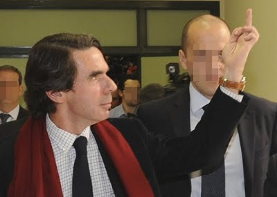 Former Prime Minister of Spain Jose María Aznar shows his appreciation of the audience.