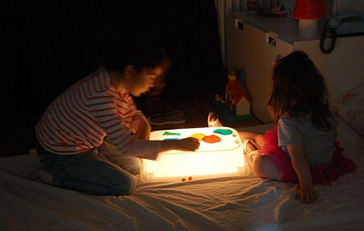 Pour moins de 10 euros, vous pouvez fabriquer une table lumineuse qui offrira à vos enfants des heures et des heures de jeu. Il vous faut : une boite en plastique avec couvercle, attention pour qu'elle diffuse bien la lumière c'est mieux qu'elle ne soit pas transparente. Ici, j'utilise une boite TROFAST à 2 € de chez Ikea + le couvercle à 1 €. Il vous faudra également une guirlande lumineuse blanche à LED (pour que ça ne chauffe pas) : la mienne est une 12 lampes qui vient de chez CASA et…
