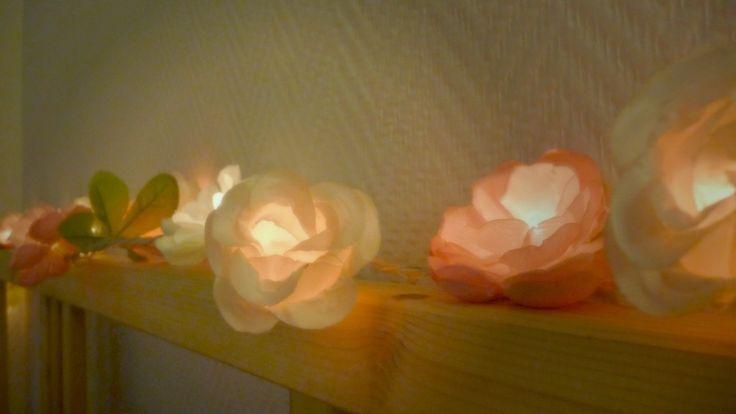 Un DIY facile pour réaliser une guirlande lumineuse en fleurs en tissu. Un petit air printanier chez vous, le pollen en moins.
