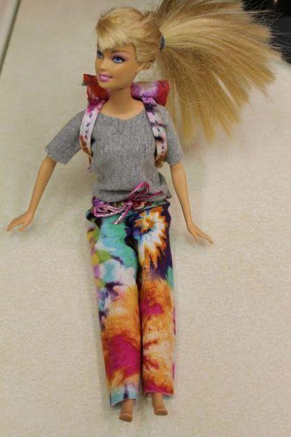 Como hacer pantalones y una mochila para Barbie