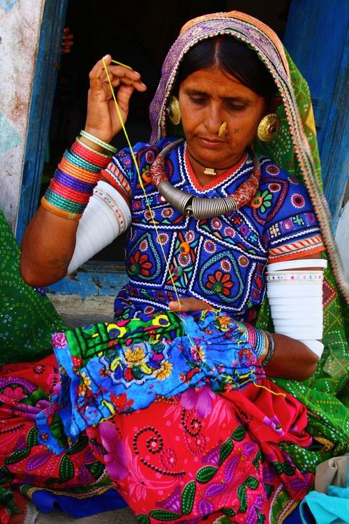 Kutch embroidery - Artisan Women, Hodka Village, Gujarat, India.  #Borduurwerk