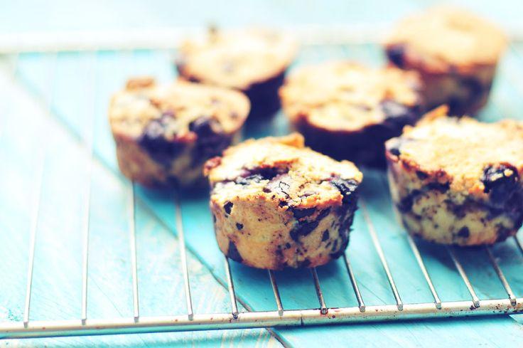 Chocolade muffins van amandelmeel met bosbessen. Ingrediënten (6 muffins): • 200 gram amandelmeel • 2 eieren • 60 gram kokosolie • 100 gram diepvriesbosbessen • 70 gram pure chocolade (liefst 85%) • 1 theelepel bakpoeder • Snufje zout