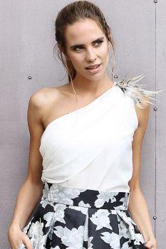top asimetrico blanco drapeado y plumas para fiestas bodas eventos coctel nochevieja de arimoka en apparentia