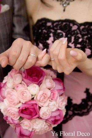 ピンク色のバラを束ねたラウンドブーケ ピンク色に黒いレース飾りの個性的なドレスに ys floral deco