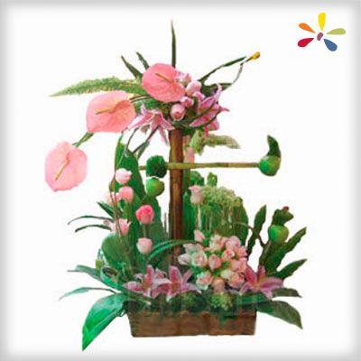 ARREGLO EXOTICO  Diseño compuesto por variedad de flores color rosa (3 anturios, 6 acapulcos, 24 rosas, 4 manzanas verdes, 1 bambú, carrizos y follaje verde).