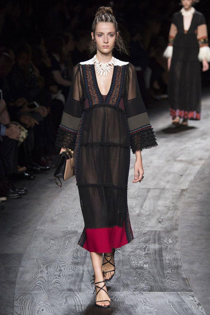 Valentino usa como inspiraciones varias: vestido fluido con corte bajo el pecho.Escote pronunciado y mangas pagoda más del romanticismo. Colores de la edad medieval.Complementos tribales.