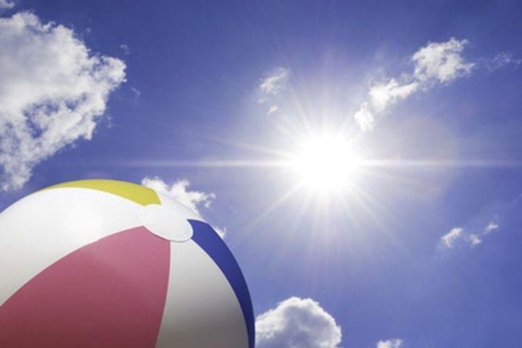 Juegos de pelota para la playa. Tanto grandes como pequeñas pelotas de playa pueden agregar un elemento de diversión a las reuniones familiares, retiros de jóvenes, fiestas infantiles y eventos corporativos. La mayoría de los juegos de pelota para la playa cuentan con reglas simples y flexibles que ...