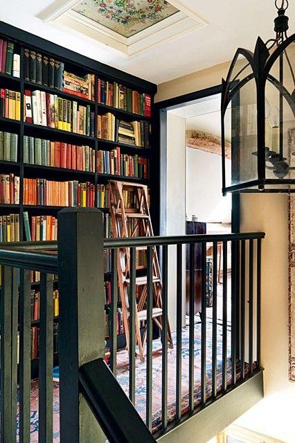Красивый черный книжный шкаф от пола до потолка