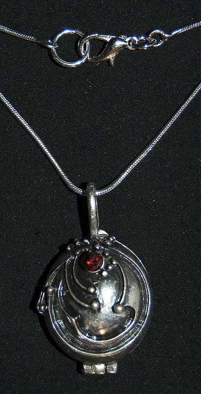 locket The vampire diaries  http://pendientera.com/categor%C3%ADa-producto/colecciones/cinetv/cronicas-vampiricas-cinetv/