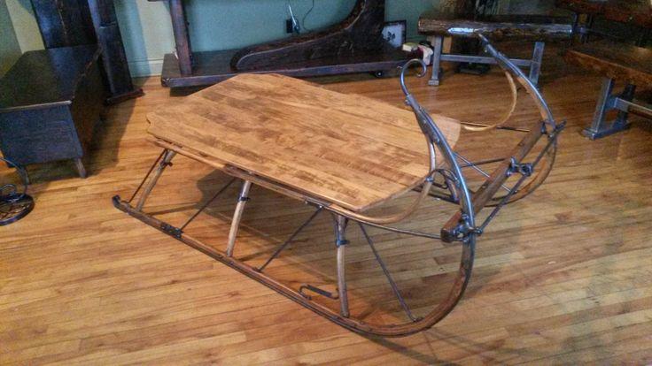 Table de salon que j'ai fabriqué à partir d'un vieux traineau, j'ai ajouté un tiroir à l'arrière. Voir aussi ma page: Facebook.com/michel.gauthier.artrecup et :  mgartrecup.wordpress.com