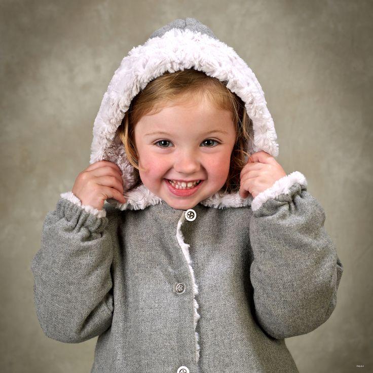 Detalle capucha. Abrigo de niña de franela gris en el exterior y pelo gris perla en el interior, con capucha y bolsillos #kids #corazondeleonkids #AW15-16 #moda #madeinSpain #franela #gris #capucha #pelo