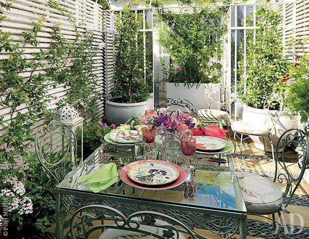 В погожие дни сад за домом обеспечивает дополнительное пространство для приема гостей.