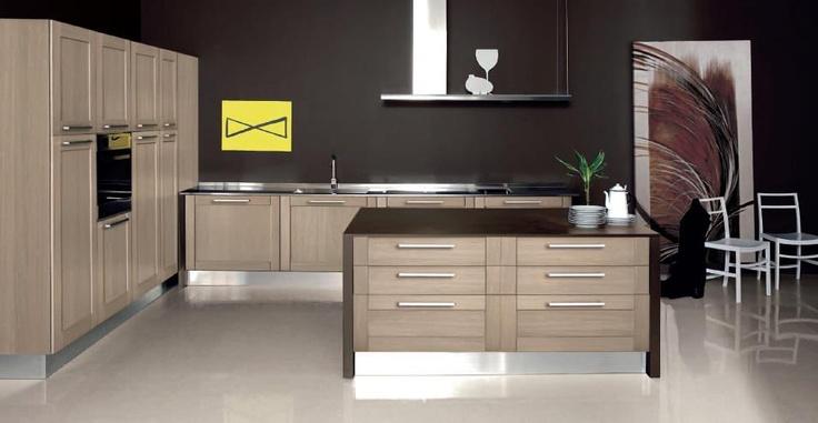 Una cucina realizzata con materiali tradizionali, in massello di rovere rigatino, ma con componentistica innovativa e vernici atossiche a base di acqua.